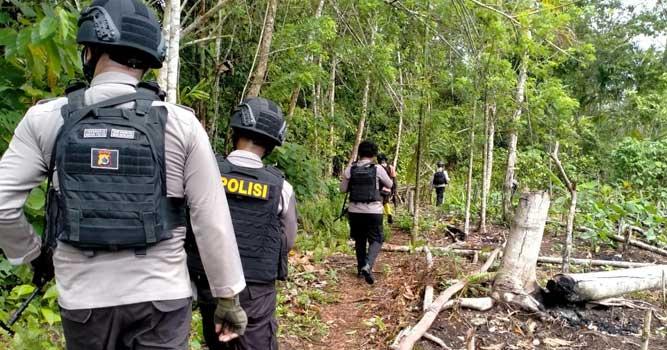 polsubsektor Skouw melakukan patroli jalan kaki di wilayah perbatasan RI-PNG, kawasan Skouw – Wutung, Distrik Muara Tami