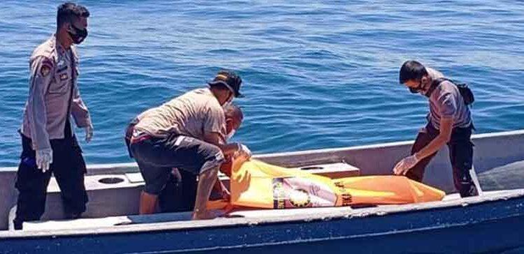 Koreri.com, Jayapura – Sesosok mayat tanpa identitas ditemukan warga terapung di di Perairan Tanjung Kayu Batu Distrik Jayapura Utara, Selasa (8/9/2020).