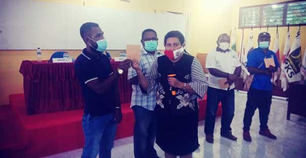 Plt Ketua KPU Supiori, Silvia Mundoni, ST ketika menyerahkan DPT ke salah seorang LO Paslon, Sabtu (24/10/2020). Foto: Humas KPU Supiori