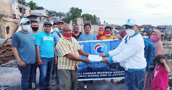 Ketua DPW Gelora Papua, Dr Muhammad Yamin Noch, SE, MSA ketika menyerahkan bantuan berupa sembako dan kebutuhan lain di lokasi kebakaran Dok IX, Jumat (23/10/2020)