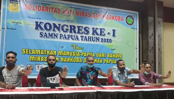 Panitia Kongres ke-I Solidaritas Anti Miras dan Narkoba (SAMN) Papua Tahun 2020 menyampaikan keterangan pers di Home Premiere, Abepura, Selasa (27/10/2020).