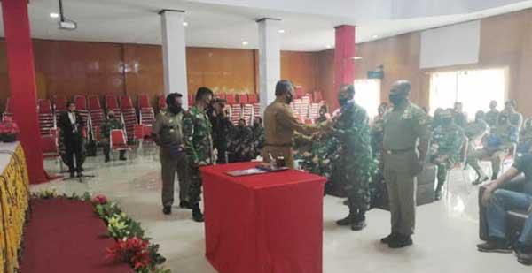 Pembukaan TMMD ke-109 Kodim 1714/PJ yang ditandai dengan penyerahan alat kerja dari Pemda Puncak Jaya kepada Komandan SSK Satgas TMMD Kodim 1714/PJ