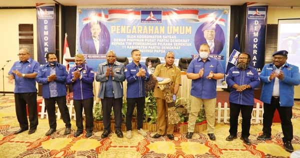 Penjabat Sekda Papua Doren Wakerkwa menabuh tifa didampingi Wakil Ketua Umum DPP Partai Demokrat Willem Wandik, Wakil Ketua DPD Partai Demokrat Papua Usman G Wanimbo dan Pengurus DPD Partai Demokrat Papua