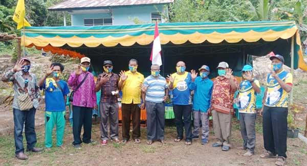 Cabup Supiori, Yan Imbab dan wakilnya Nichodemus Ronsumbre serta Tim Koalisi ketika foto bersama usai kampanye di Kampung Maryaidori, Supiori Selatan, Supiori, Kamis (26/11/2020)