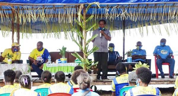 Cabup Supiori 2020-2025, Drs Yan Imbab ketika sedang berorasi dihadapan massa pendukungnya di Kampung Puweri, Distrik Supiori Utara, Kabupaten Supiori, Senin (23/11/2020)