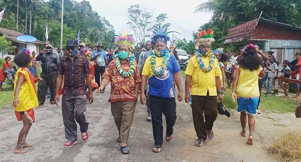Paslon Bupati dan Wabup Drs Yan Imbab dan Nichodemus Ronsumbre ketika tiba di lokasi pemenangan kampanye IMANI di Kampung Maryaidori, Distrik Supiori Selatan, Kabupaten Supiori, Kamis (27/11/2020)
