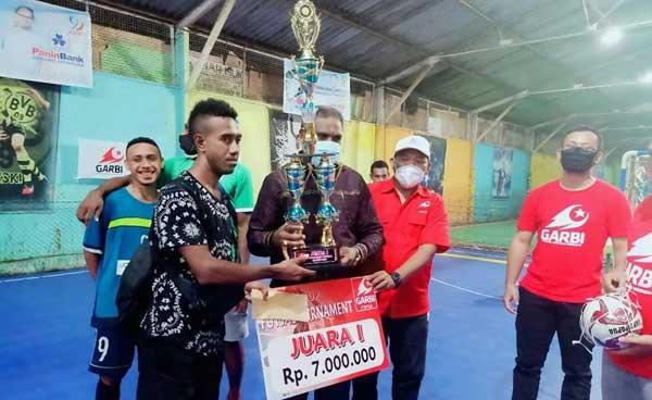 Ketua DPRD Kota Jayapura, Abisai Rollo, SE didampingi oleh Ketua Garbi Papua, Dr Muhammad Yamin Noch, SE,MSS ketika menyerahkan piala bergilir kepada juara pertama turnamen futsal Garbi Cup di Kota Jayapura, Selasa (4/11/2020)
