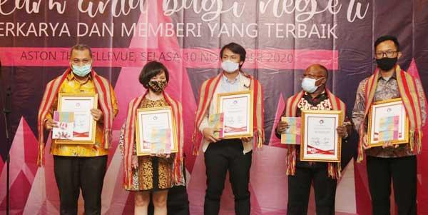 Direktur RSUD Jayapura drg. Aloysius Giyai. M.Kes bersama tokoh lain dengan sertifikat penghargaan yang diterima
