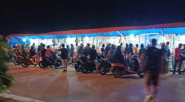 Warga Kota Sorong Berkerumun di lapak penjualan petasan di Jl Sungai Kamundan, Kota Sorong, Kamis (31/12/2020)