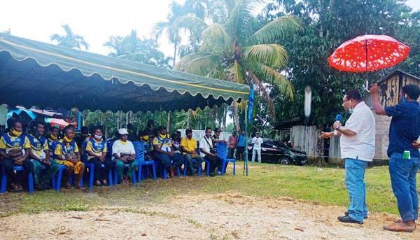 Wakil Ketua I Koalisi Seniman IMANI, Septer Menufandu ketika berorasi dihadapan masa pendukung IMANI di Kampung Marsram, Distrik Supiori Timur, Kabupaten Supiori, Sabtu (28/11/2020)