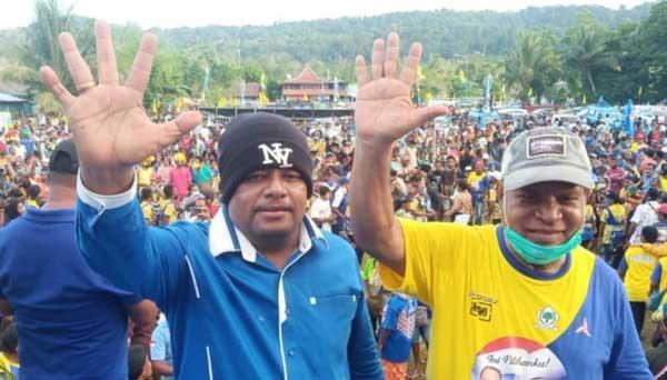 Cabup Drs Yan Imbab dan Cawabup Nichodemus Ronsumbre disela-sela kampanye di Sorendiweri, Kabupaten Supiori, pekan kemarin