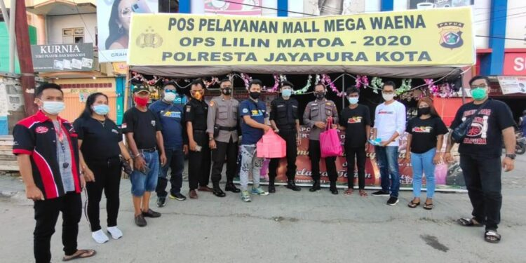 Komunitas Roda Empat Jayapura Bagikan Tali Asih  Kepada Personil Polri Yang Bertugas di Pos Operasi Lilin Matoa 2020