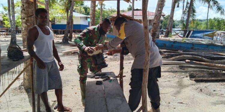 Babinsa dan Bhabinkamtibmas Kompak Perbaiki Mesin Kentintig Warga binaannya Kampung Yenusi, Distrik Yapen Barat, Kabupaten Kepulauan Yapen, Selasa (29/12/2020).