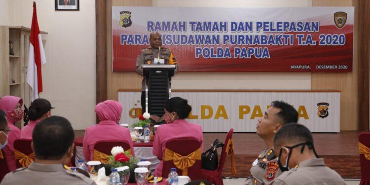 Wakapolda Papua, Brigjen Pol. Mathius D. Fakhiri Pimpin Upacara Wisuda Purnabakti 86 Anggot Polri dan ASN Polda Papua di Mapolda Papua, Rabu (30/12/2020)