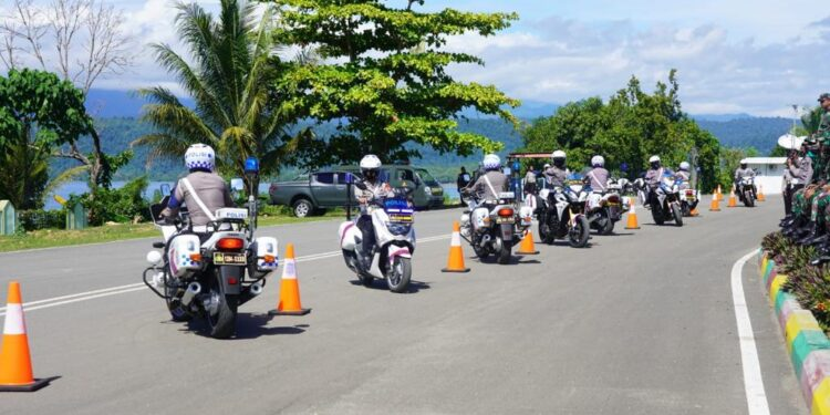 Personil Ditlantas Polda Papua Barat lakukan gladi patroli pada pergantian tahun di Manokwari, Rabu (30/12/2020)