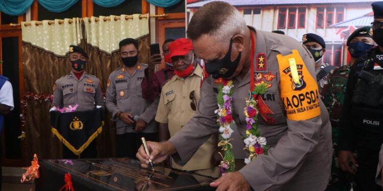 Kapolda Papua, Irjen Pol. Paulus Waterpauw Menandatangani Prasasti Peresmian Mako Polres Tolikara, di Karubaga, Rabu (30/12/2020)