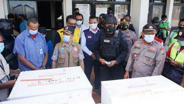Kadis Kesehatan Provinsi Papua Barat Otto Parorongan menerima 12.040 dosis vaksin Sinovac di Bandara Rendani Manokwari, Sabtu (23/1/2021)