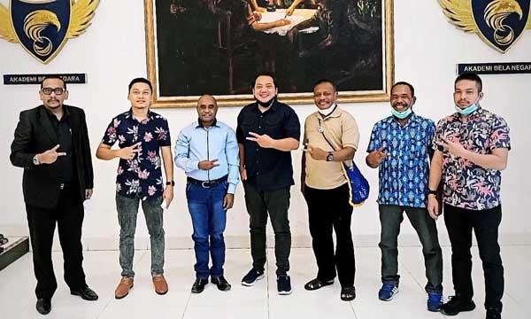 Calon Bupati Teluk Bintuni Ir Petrus Kasihiw bersama tim  BAHU DPP Partai NasDem di Jakarta beberapa waktu lalu