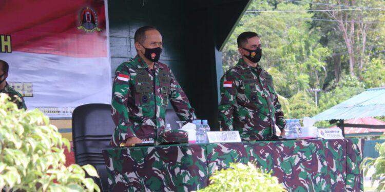 Pangdam XVII/Cenderawasih, Mayjen TNI. Ignatius Yogo Triyono didampingi Danrem 173/PVB saat memberikan arahan terhadap prajurit Se-Garnizun Nabire di Lapangan Serba Guna Yeheskiel M Hirwa, Makorem 173/PVB, Senin (11/01/2021).