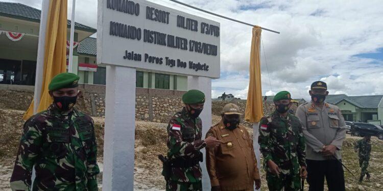 Pangdam  XVII/ Cenderawasih, Mayjen TNI. Ignatius Yogo Triyono didampingi Bupati Deiyai, Ateng Edowai, saat resmikan Kodim 1703/Deiyai di Wagete, Papua, Selasa (12/1/2021)