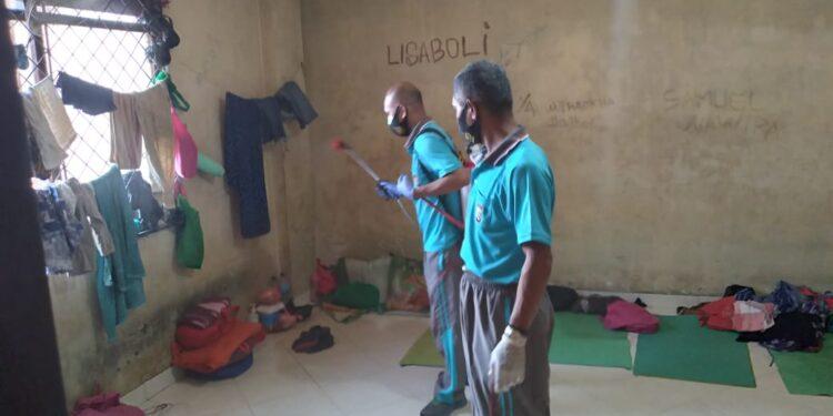 Proses Penyemprotan Disinfektan di Ruang Tahanan Mapolresta Kota Jayapura, Sabtu (16/1/2021)