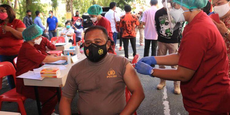 Kaporesta Jayapura Kota, Kombes Pol. Gustav R. Urbinas Ikut Disuntik Vaksin Sinovac Covid-19 di Kantor Walikota Jayapura, Sabtu (16/1/2021)