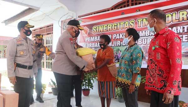 Kapolda Papua Irjen Pol. Paulus Waterpauw saat menyerahkan bantu bagi warga terdampak banjir di Kampung Yanamaa Pir I, Distrik Arso Kabupaten Keerom, Kamis (18/2/2021)