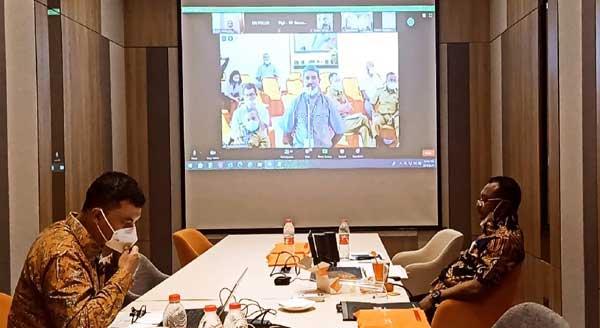 Bupati Teluk Bintuni Ir. Petrus Kasihiw, M.T saat mengikuti pertemuan secara virtual di Jakarta, Selasa (23/2/2021).(Foto : KENN)
