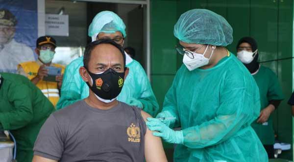 Kabid Humas Polda Papua Kombes Pol. AM Kamal saat menerima suntikan vaksin Sinovac