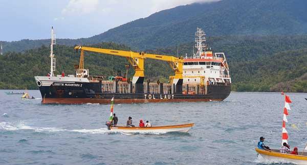 Kapal Logistik Nusantara 2 saat sandar di Pelabuhan Depapre menandai resmi beroperasinya rute Tol Laut atau T-19