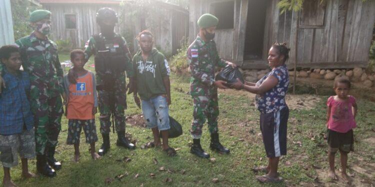 Satgas Yonif Para Raider 432/Kostrad Pos Elelim Bagikan Sembako Kepada Masyarakat di Elelim, Rabu (3/2/2021)