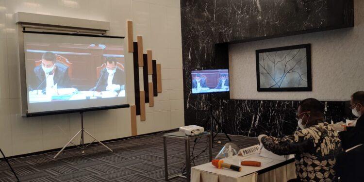 Bupati Teluk Bintuni Ir Petrus Kasihiw,M.T Mengikuti Sidang PHP Bupati Teluk Bintuni secara daring pada salah satu hotel di Jakarta, Rabu (3/2/2021)