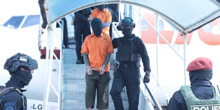 Terduga Teroris Kelompok JAD Saat Tiba di Bandara Soekarno - Hatta Tangerang, Kamis (4/2/2021)