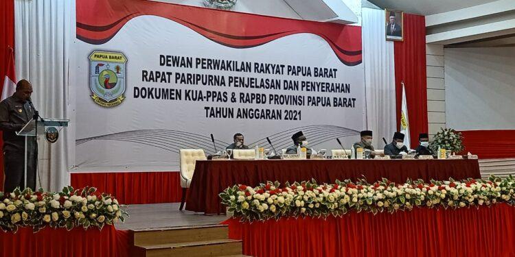 Rapat Paripurna DPR Papua Barat pembukaan pembahasan dokumen KUA-PPAS dan RAPBD Papua Barat tahun 2021 di Ballroom Aston Niu Manokwari, Kamis (4/2/2021)