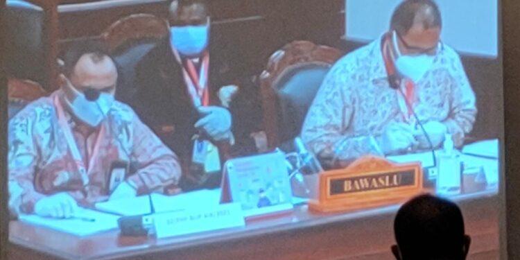 Komisioner Bawaslu Teluk Bintuni Daniel Balubun,S.H.,M.H menyampaikan penjelasan Bawaslu terhadap permohonan pemohon PHP Bupati Teluk Bintuni di sidang panel 3 Mahkamah Konstitusi Jakarta, Rabu (3/2/2021)