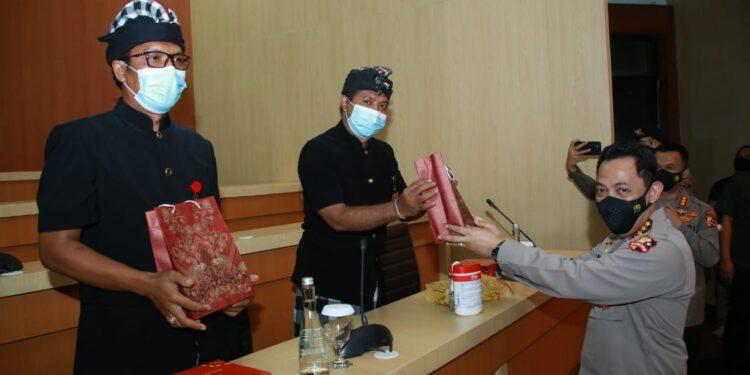 Kapolri Jenderal Polisi. Listyo Sigit Prabowo Memberikan Penghargaan Kepada Dua Pecalang Bali Berprestasi Membantu Bhabinkamtibmas