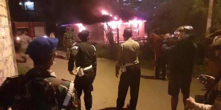 Personil TNI - Polri Berusaha Memadamkan Api Yang Membakar Habis Kantor Sekretariat SSB Emysk Waena, Minggu (7/2/2021)