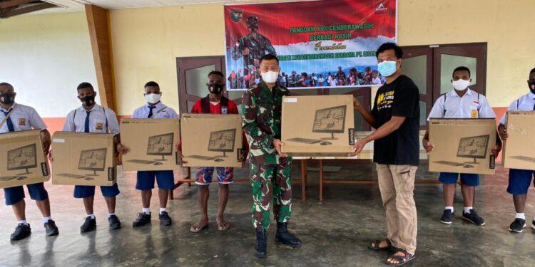 Pangdam XVII/Cenderawasih diwakili Kabintaldam XVII/Cenderawasih Letkol Arh Antonius Andre menyarahkan bantuan 8 unit Komputer dan 2 unit Printer kepada Panti Asuhan Polomo Sentani, Jayapura, Selasa (9/2/2021).