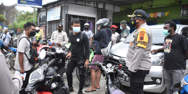 Kapolresta Jayapura Kota, Kombes Pol. Gustav R. Urbinas Ikut Razia Kendaran di Distrik Abepura, Selasa (9/2/2021)