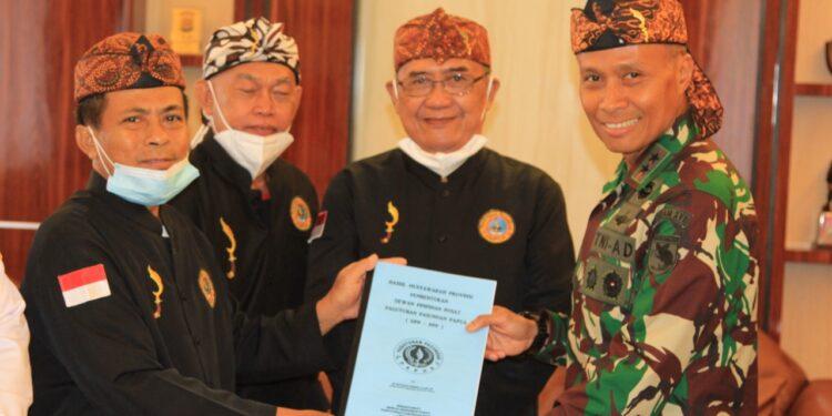Pangdam Cenderawasih, Mayjen TNI. Ignatius Yogo Triyono Menerima secara simbol pengukuhan sebagai warga kehormatan pasundan di Makodam XVII/Cenderawasih, Rabu (10/2/2021)