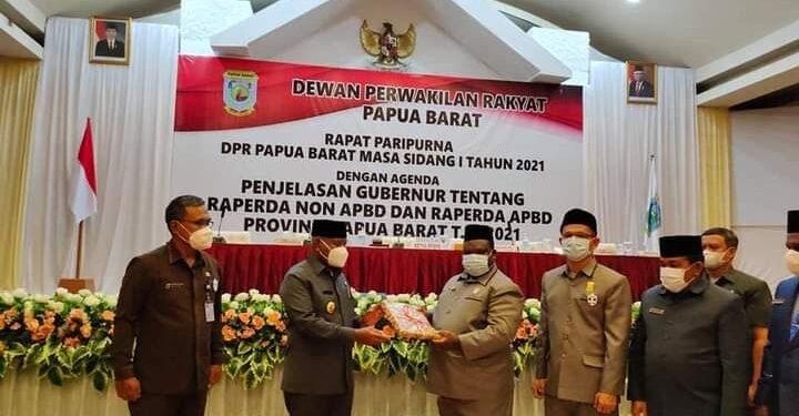 Gubernur Papua Barat Drs Domiinggus Mandacan menyerahkan dokumn RAPBD tahun anggaran 2021 kepada Ketua Ketua DPR Papua Baratdi Aston Niu Manokwari,Kamis (11/2/2021). (Foto : Ist)