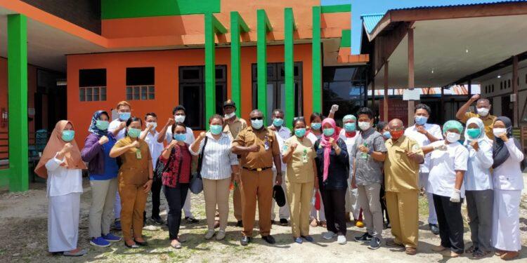 Kepala Dinas Kesehatan Frangky Mobilala bersama tenaga kesehatan puskesmas Babo beberapa waktu. (Foto : Ist)