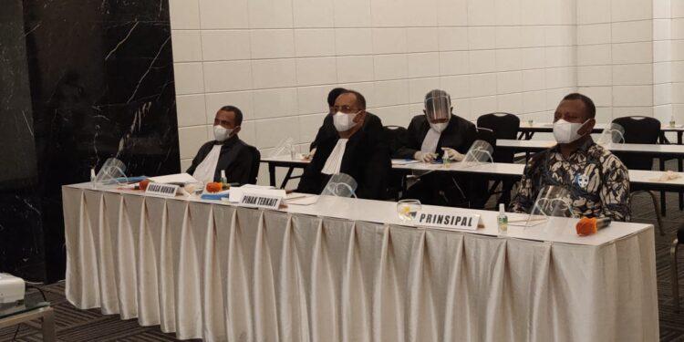Calon Bupati Teluk Bintuni nomor urut 1 Ir Petrus Kasihiw,M.T bersama tim kuasa hukum PMK2 pada sidang virtual sengketa pilkada Teluk Bintuni beberapa waktu  lalu