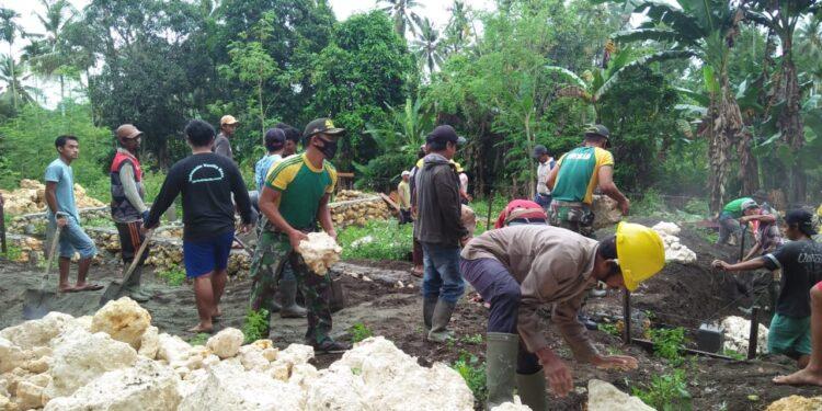 Personel Satgas Pamtas RI-PNG Yonif Mekanis Raider 413 Kostrad Membantu Masyarakat Bangun Asrama Ponpes di Kampung Koya Koso, Kota Jayapura, Jumat (12/2/2021)