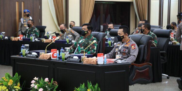 Panglima TNI Marsekal Hadi Tjahjanto dan Kapolri Jenderal Listyo Sigit Prabwo mengikuti Rapim TNI-Polri 2021 di Rupatama Mabes Polri, Jalan Trunojoyo, Jakarta Selatan, Senin (15/2/2021).
