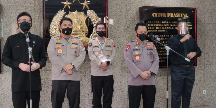 Menpan-RB, Tjahjo Kumolo dan Kapolri Jenderal Listyo Sigit Prabowo saat memberikan keterangan pers di Mabes Pori, Selasa (16/2/2021) Foto: Istimewa