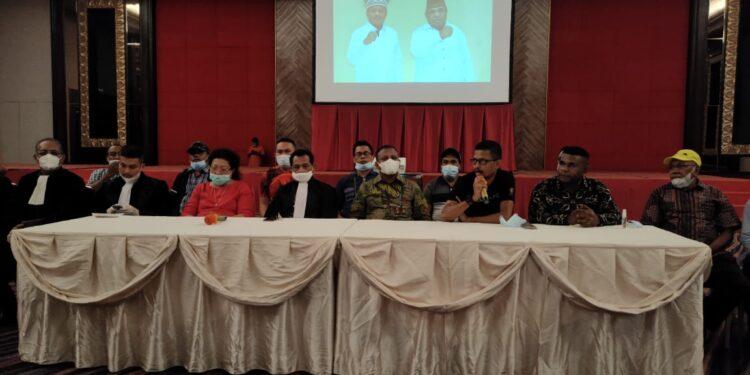 Bupati Teluk Bintuni terpilih didampingin tim pemenangan dan tim hukum saat menggelar konfrensi pers di Merlynn Parka Hotel Jakarta, Selasa (16/2/2021). (Foto : KENN)