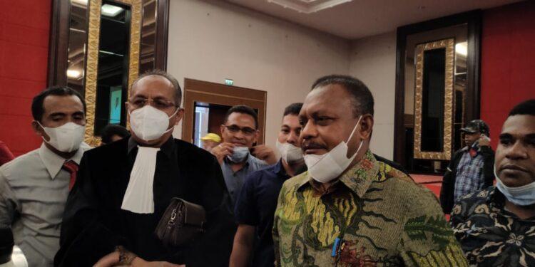 Calon Bupati Teluk Bintuni terpilih Ir Petrus Kasihiw saat diwawancara awak media, (18/2/2012) (Foto : KENN)
