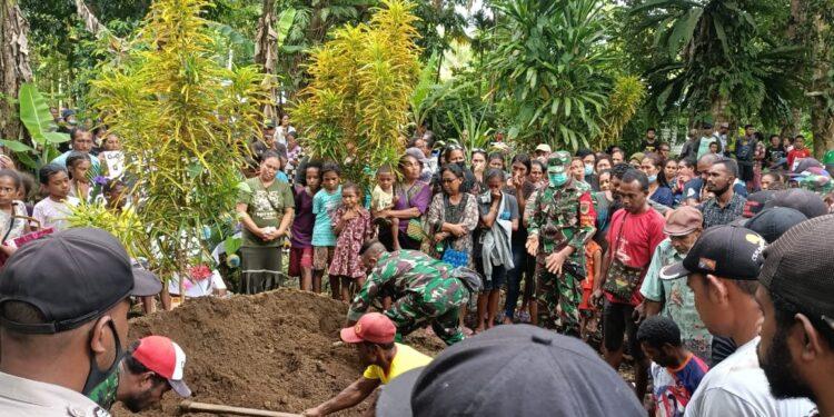 Personel Kodim Yawa Bantu Proses Pemakaman Salah Warga Kampung Dawai, Distrik Yapen Timur, Kabupaten Kepulauan Yapen, Selasa (16/02/2021).