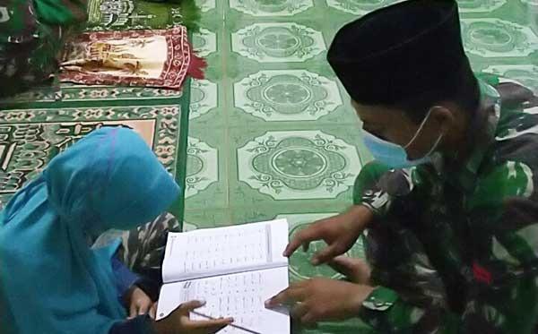 Seorang Prajurit Satgas Yonit 611/AWL, Pos Bupul 12 Jadi Guru Mengaji Bagi Anak - anak di Perbatasan RI-PNG
